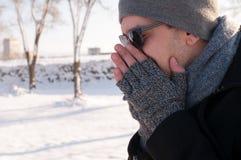 Uomo che starnutisce nell'inverno Fotografia Stock