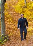 Uomo che stava camminando Fotografia Stock Libera da Diritti