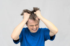 Uomo che strappa i suoi capelli Immagini Stock