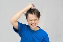 Uomo che strappa i suoi capelli Fotografia Stock