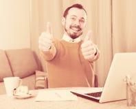 Uomo che studia ai corsi online Immagine Stock Libera da Diritti