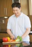 Uomo che taglia le verdure a pezzi Fotografia Stock