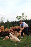 Uomo che taglia legno a pezzi Fotografia Stock
