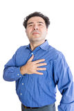 Uomo che tengono la sua mano al cuore e a testa alta fieri Immagini Stock