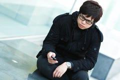 Uomo che texting sul telefono delle cellule immagine stock