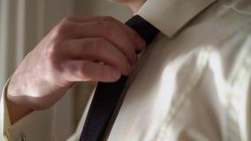 Uomo che tieing legame blu archivi video