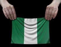 Uomo che tiene bandiera nigeriana Fotografia Stock