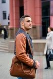 Uomo che tiene borsa di cuoio sulla sua spalla fotografie stock libere da diritti