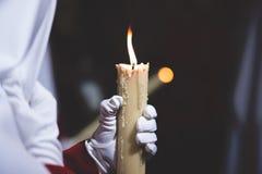 Uomo che tiene candela Fotografie Stock Libere da Diritti