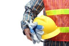 Uomo che tiene casco giallo sopra bianco Immagine Stock