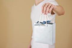 Uomo che tiene derisione in bianco disponibila della borsa del regalo della carta blu su Pac vuoto Immagine Stock Libera da Diritti
