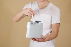 Uomo che tiene derisione in bianco disponibila della borsa del regalo della carta blu su Pac vuoto Fotografia Stock Libera da Diritti