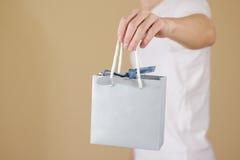 Uomo che tiene derisione in bianco disponibila della borsa del regalo della carta blu su Pac vuoto Immagini Stock