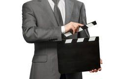 Uomo che tiene il bordo di valvola in bianco su bianco fotografia stock
