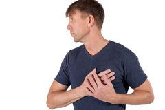 Uomo che tiene il suo petto con le mani, avendo attacco di cuore o crampi dolorosi, prementi sul petto con l'espressione dolorosa immagine stock libera da diritti