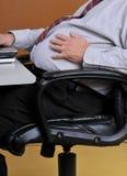 Uomo che tiene il suo stomaco bloated Fotografia Stock