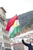 Uomo che tiene la bandiera curda durante la dimostrazione Fotografia Stock