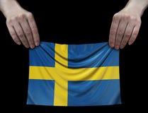 Uomo che tiene la bandiera dello svedese Fotografia Stock Libera da Diritti
