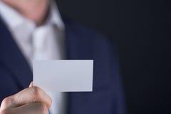 Uomo che tiene la carta vuota dei buissnes Fotografie Stock