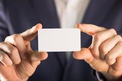 Uomo che tiene la carta vuota dei buissnes Fotografia Stock Libera da Diritti
