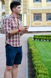 Uomo che tiene la sua macchina fotografica mentre facendo un giro turistico Fotografia Stock Libera da Diritti