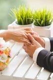 Uomo che tiene le mani care Fotografie Stock