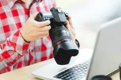 Uomo che tiene macchina fotografica professionale Immagine Stock
