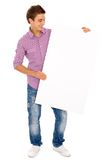Uomo che tiene tabellone per le affissioni in bianco Fotografia Stock Libera da Diritti