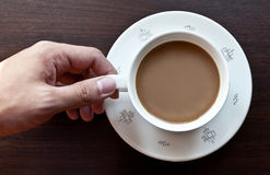 Uomo che tiene tazza di caffè su fondo Fotografie Stock Libere da Diritti