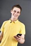 Uomo che tiene telefono mobile Fotografia Stock