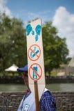 Uomo che tiene un bordo santo del segno a Lourdes Fotografie Stock Libere da Diritti