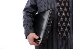 Uomo che tiene un computer portatile Fotografia Stock Libera da Diritti