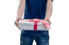 Uomo che tiene un contenitore di regalo Fotografie Stock Libere da Diritti