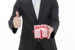 Uomo che tiene un contenitore di regalo Fotografia Stock Libera da Diritti