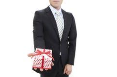 Uomo che tiene un contenitore di regalo Fotografia Stock