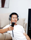 Uomo che tiene un controler a distanza Fotografia Stock