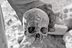 Uomo che tiene un cranio Fotografie Stock