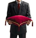 Uomo che tiene un cuscino Fotografia Stock Libera da Diritti