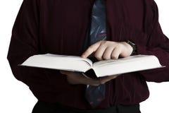 Uomo che tiene un libro aperto Immagine Stock