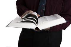 Uomo che tiene un libro aperto Fotografie Stock Libere da Diritti