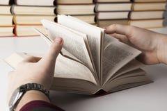 Uomo che tiene un libro aperto 2 Fotografie Stock