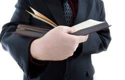 Uomo che tiene un libro aperto Fotografia Stock Libera da Diritti