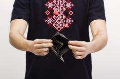 Uomo che tiene un portafoglio con soldi Immagine Stock