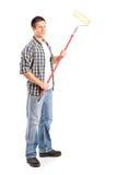 Uomo che tiene un rullo di pittura Fotografie Stock Libere da Diritti