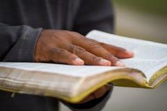 Uomo che tiene una bibbia Fotografia Stock