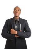 Uomo che tiene una bibbia che mostra impegno fotografia stock libera da diritti