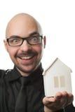 Uomo che tiene una casa di carta. Fotografia Stock