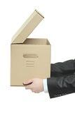 Uomo che tiene una casella di carta Immagini Stock