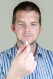 Uomo che tiene una pillola Fotografie Stock