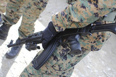 Uomo che tiene una pistola al airsoft Immagine Stock Libera da Diritti